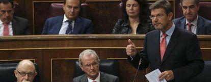 El ministro de Justicia, Rafael Catalá (derecha), este miércoles en el Congreso.