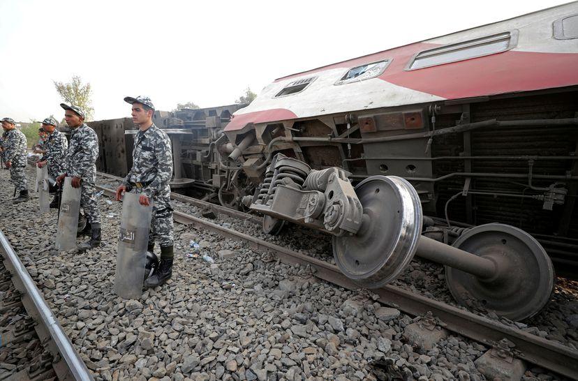 Policías egipcios montan guardia en el lugar del accidente ferroviario de Qalyubia, al norte de El Cairo, el 18 de abril.