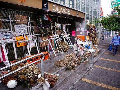 Un memorial afuera de la estación Olivos, donde ocurrió la tragedia de la Línea 12 del Metro de Ciudad de México.