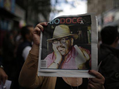Javier Valdez, en una foto impresa en la revista 'Río Doce', cargada en una marcha tras su asesinato.