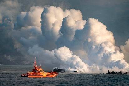 Delta formado por la lava saliendo al mar en la costa de Tazacorte, en La Palma, en una fotografía tomada este jueves.