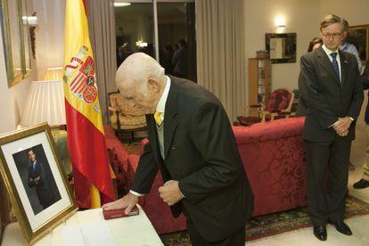 Marco Macías, judío que ha residido en Venezuela e Israel, presta juramento en presencia del embajador Fernando Carderera.