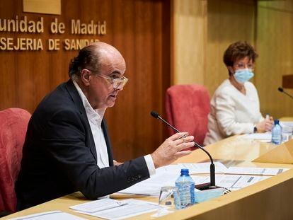 El viceconsejero de Salud Pública de Madrid, Antonio Zapatero, y la directora general de Salud Pública, Elena Andradas, este 14 de mayo de 2021 en rueda de prensa.