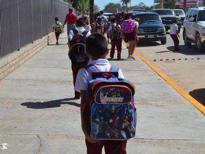 Niños a las afueras de una escuela en Sonora, norte de México.