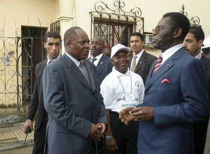 El presidente de Guinea Ecuatorial, Teodoro Obiang Nguema, a la derecha, en una imagen tomada ayer en Malabo.