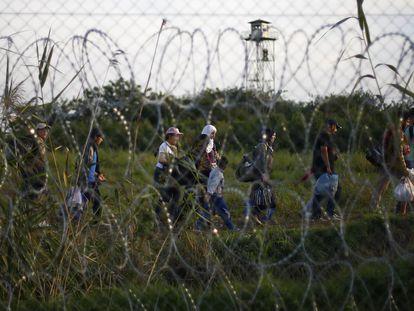 Migrantes atrapados en la frontera entre Serbia y Hungría tras el cierre del paso de Röszke (sur de Hungría), en enero de 2019.
