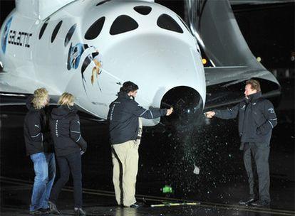 Los gobernadores Schwarzenegger y Richardson bautizan la nave acompañados de Richard Branson.