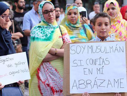 Concentración en la plaza del Carmen de Granada, organizada por el centro Nazario.