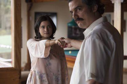 Paulina Gaitán y Wagner Moura en una escena de la segunda temporada de 'Narcos'.