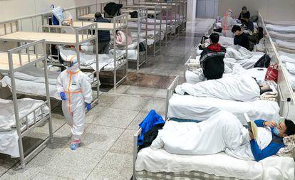 El Centro Internacional de Exhibiciones de Wuhan, convertido en un hospital para pacientes con síntomas de coronavirus.