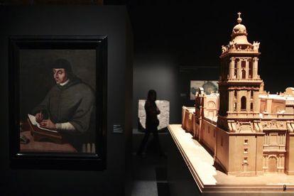 Una sala de la exposición donde se muestra una maqueta de la catedral de Ciudad de México.