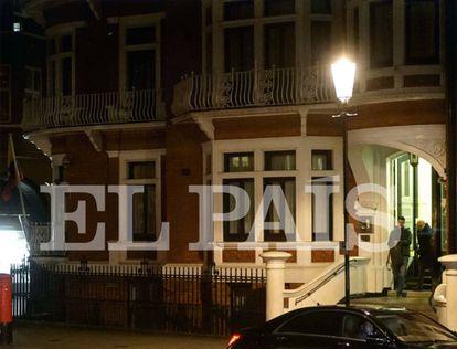 Soler y Grinyó salen de la embajada de Ecuador en Londres el 9 de noviembre después de entrevistarse con Julian Assange durante cuatro horas.