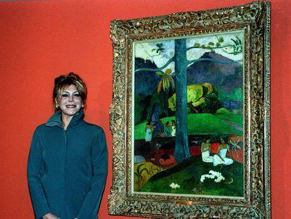 Carmen Cervera posa ante el cuadro de Paul Gauguin 'Mata Mua', en 1999.