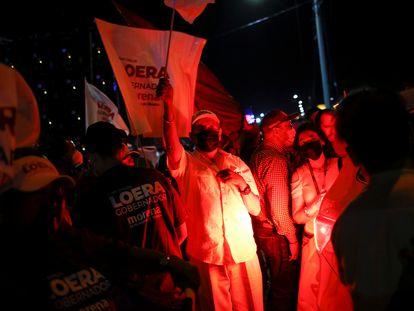 Seguidores de Morena en Chihuahua, la noche del domingo.