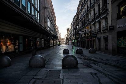 La calle de Preciados, una de las más comerciales de Madrid, vacía por la cuarentena.