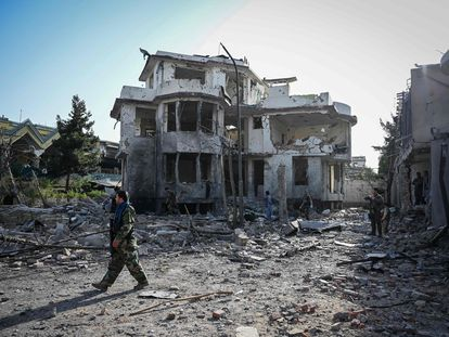 Personal de seguridad afgano supervisa los destrozos causados por un atentado en Kabul cometido este martes.