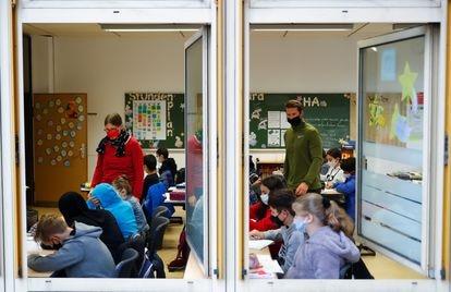 Una clase en un colegio de Alemania con las ventanas abiertas para dificultar los contagios de covid.