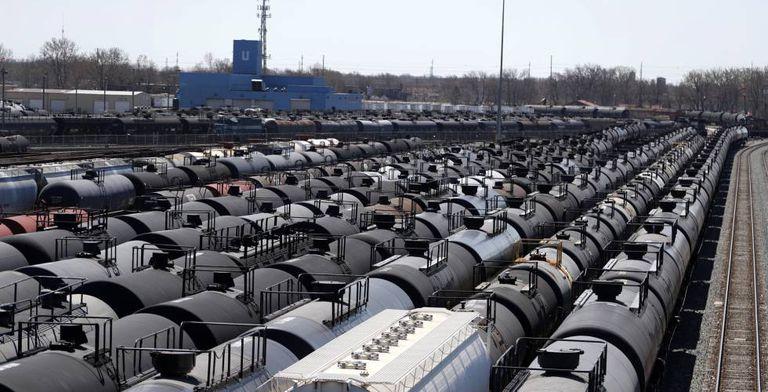 Vagones de transporte de petróleo aparcados en los alrededores de Chicago.
