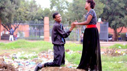 Actuación realizada por artistas para concienciar a la población sobre el cuidado del medio ambiente, en la barriada de Sharpeville, en Sudáfrica.