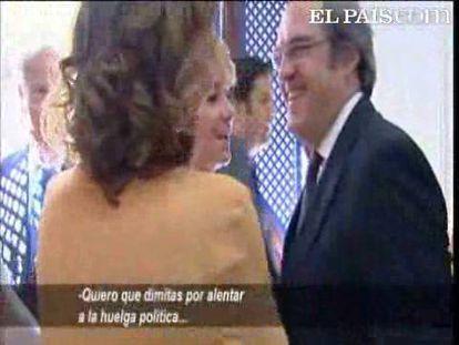 """La presidenta de la Comunidad de Madrid, Esperanza Aguirre, ha aprovechado el acto de apertura del curso académico, en el que ha coincidido con el ministro de Educación, para pedirle su dimisión. """"Lo que yo quiero es que dimitas por alentar a la huelga política..."""", le ha dicho entre risas. Gabilondo le responde, aunque no es captado por los micrófonos, a lo que Aguirre apostilla: """"Si te viene fenomenal dimitir a ti en estos momentos..."""""""