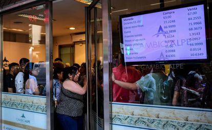 Una casa de compra y venta de divisas del centro de Buenos Aires este viernes, atestada de clientes.