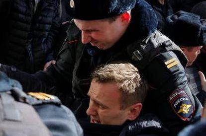 La policía arresta en Moscú al opositor ruso Alexéi Navalni el 26 de marzo de 2017.
