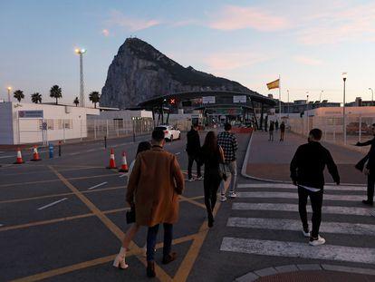 Ciudadanos de Gibraltar cruzan la frontera este viernes desde la Línea de la Concepción (Cádiz).