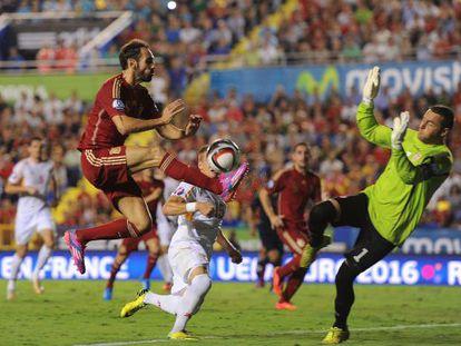 Juanfran ejecuta el pase que acabaría en el gol de Alcácer.