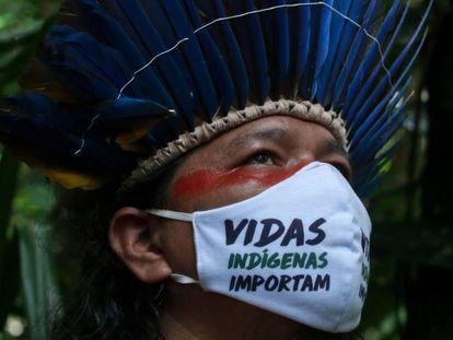 Un indígena de la Amazonia brasileña con mascarilla protectora.