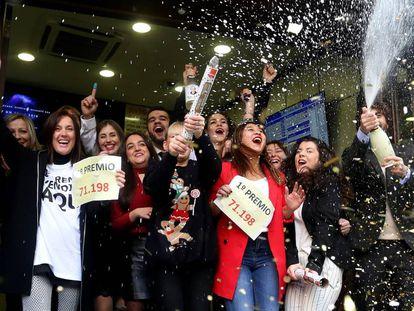 Empleados y dueños de Doña Manolita celebran en Madrid el Gordo de la Lotería de Navidad en 2017.