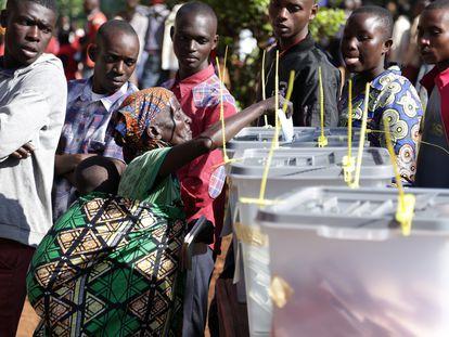 Una mujer deposita su voto en Ngozi (Burundi), este miércoles.