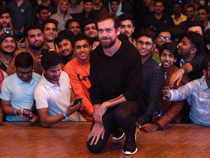 El consejero delegado de Twitter, Jack Dorsey, junto a un grupo de estudiantes, el pasado día 12 en Nueva Delhi.