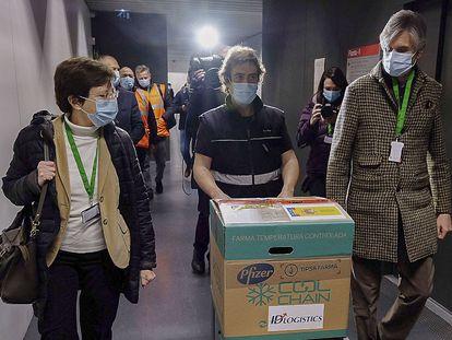 A la izquierda, Carmen Cabezas, subdirectora de promoción de la Salud, el día de la llegada de las primeras vacunas de Pfizer, junto al secretario de Salud Josep Maria Argimon.
