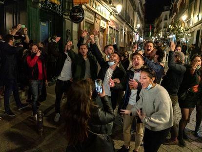 Jóvenes en los bares cercanos a la Puerta del Sol en marzo de 2021.