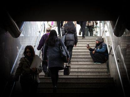 Un hombre mendiga en una salida de metro en Atenas la semana pasada.