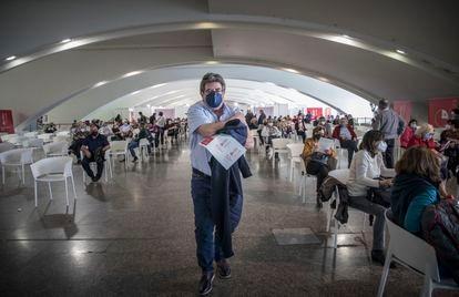 Un hombre, tras ser vacunado en el Museo de las Ciencias de Valencia, este lunes.