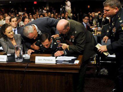 El general Petraeus durante su desvanecimiento en el Senado de EE UU
