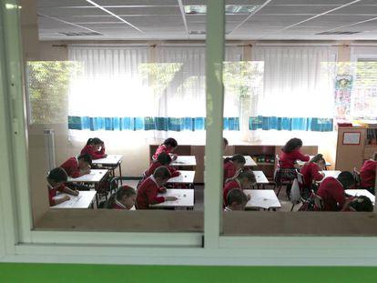 Alumnos realizando el examen de matemáticas de 3º de primaria en Madrid.