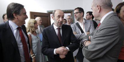 Rubalcaba, a la salida de la reunión de los parlamentarios del PSOE.