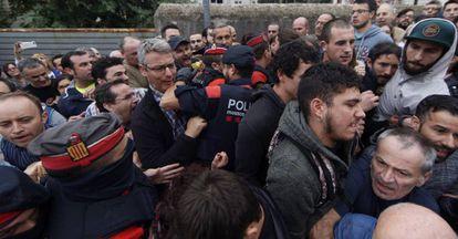 Agentes de los Mossos d'Esquadra intentan acceder al centro donde tenía previsto votar el vicepresidente de la Generalitat de Cataluña, Oriol Junqueras, el pasado día 1.
