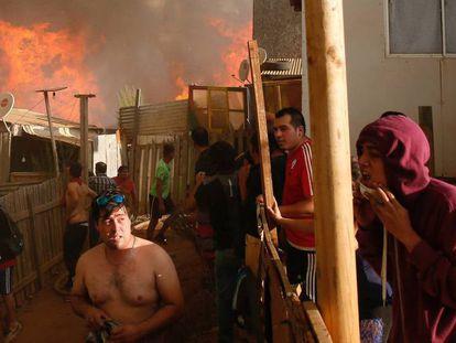 Residentes en un suburbio de Viña del Mar, con el incendio al fondo.