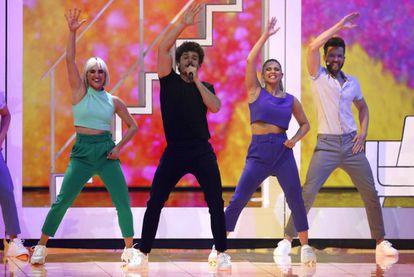 Miki (de negro), interpreta 'La venda' en la final de Eurovisión.