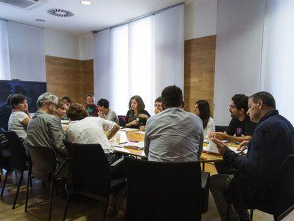 Colau en un momento de la reunión con miembros de la PAH y el Observatorio DESC