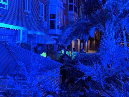 Médicos del Samur y agentes de policía. en el lugar del suceso, el número 20 de la calle Puerto de Navacerrada.