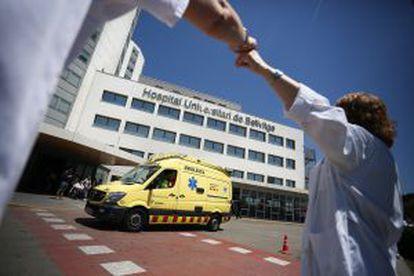 Protesta de profesionales y usuarios del Hospital de Bellvitge.