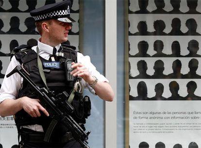 Un policía hace guardia en Scotland Yard, en un periodo de alerta terrorista máxima en julio pasado.