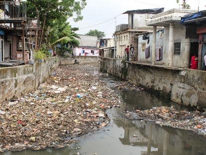 Residentes de Bombay, el pasado miércoles, junto a uno de los canales de la ciudad. Foto: A. L. M.