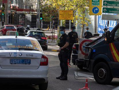Control de policía en una calle de Madrid el sábado, primer día de restricciones en la capital.