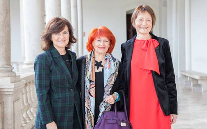 A la izquierda, la vicepresidenta del Gobierno, Carmen Calvo, en el centro Julia Sevilla, y a la derecha, Mavi Mestre.