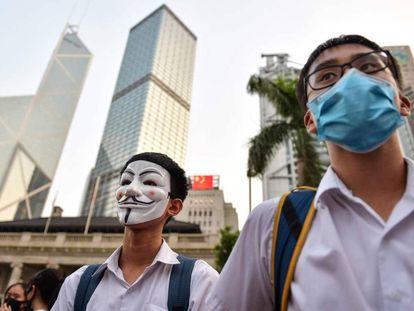 Estudiantes asisten a una rueda de prensa de los manifestantes prodemocracia en Hong Kong, este lunes.